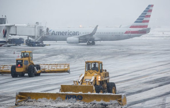 Airport winter storm schene - New York La Guardia